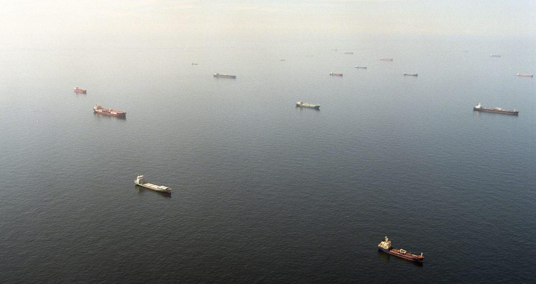 Wachtende olietankers en containerschepen