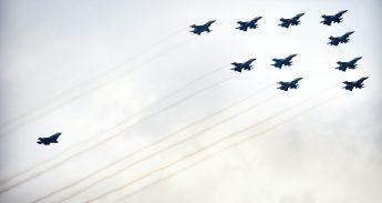 F-16's met rechtsachter een F-35 (JSF)